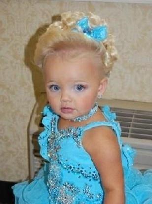 """酷似洋娃娃的两岁""""嫩模"""""""
