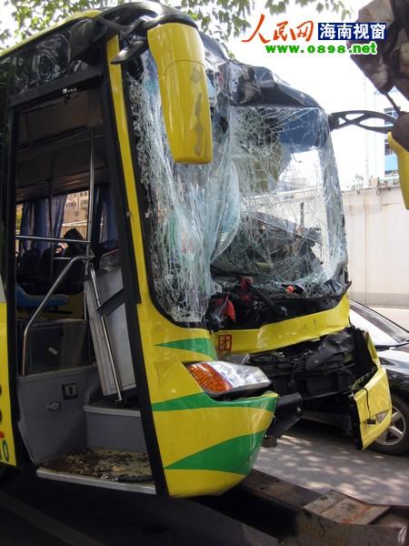 公交车头受损严重.