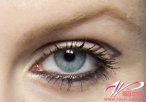 双眼皮褶皱眼线 沿着双眼皮的褶皱描画眼线,眼尾略超出,三角形结图片