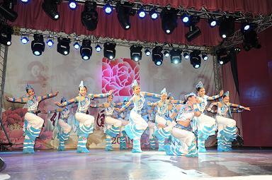 图为云南红河州歌舞团表演的民族舞蹈《踩云彩》.-辛亥百年 艺术团