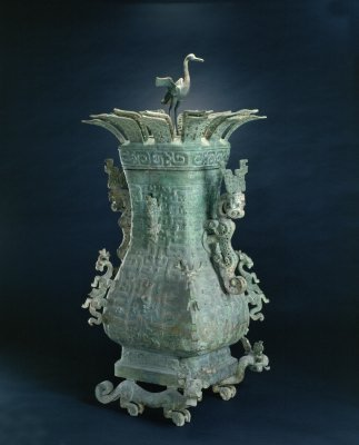 图1 春秋莲鹤方壶  最早见于春秋时期的青铜器
