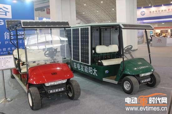 据了解,最新推出的太阳能发电车,完全依靠太阳能发电,移动方便、占地面积小,发电过程无成本、无噪音、无污染。由于输出功率最高可达10千瓦,该车还可以为居家供电、野餐供电、生产临时供电、野外作业供电、移动通讯供电等,也可以作为电动车辆的移动充电站,应用范围相当广泛。   据赵丹经理介绍,由于采用了自主研发的太阳能互补式智能充电专利技术,森谷太阳能电动车无论在行驶或停放状态,都能自动为蓄电池充电,增加了行驶里程,最大行驶里程为100公里,最高时速25公里。这款售价仅6万多元的电动车除了被大连多家旅游景点、住