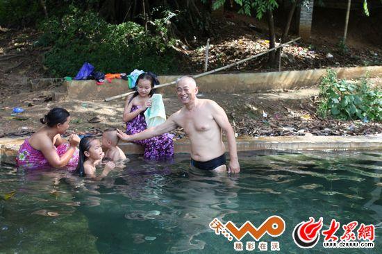 10年前的照片,这位德昂族老人据说活到106岁,家人认为这与...