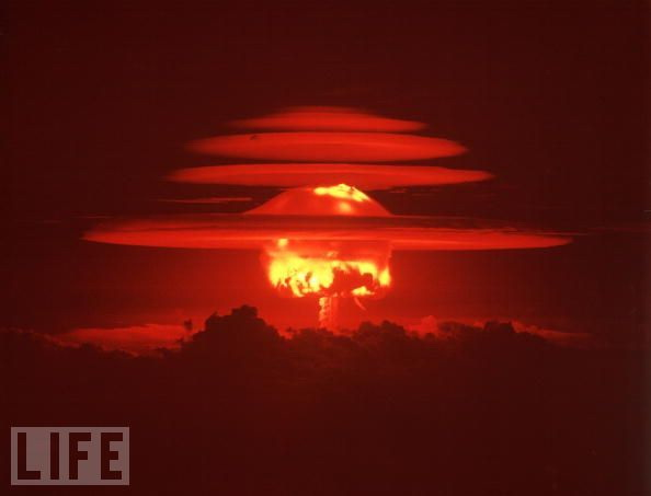 1952年,美国在西太平洋马绍尔群岛西北端的埃尼威托克环礁(Eniwetok)试爆了世界上第一颗氢弹。图为氢弹爆炸产生的蘑菇云。