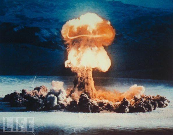 """1957年,美国在内华达州试验场引爆了一颗名为""""普里西拉""""的核弹,其当量达到3.7万吨。当时,有部分美国海军陆战队的官兵在未采取任何保护措施的情况下观看了核爆炸景象。"""