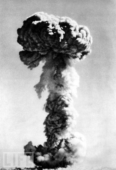 1964年10月16日,中国成功试爆了第一颗原子弹,图为当时核弹爆炸所产生的蘑菇云。