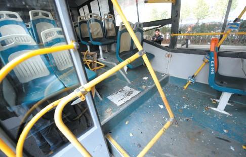 """新闻 正文    """"不知道怎么回事,公交车突然径直撞上了桥墩,我从座位上图片"""