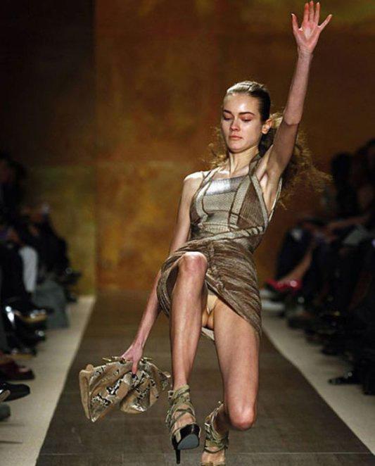 模特们穿着最新款的服饰在t型台上走秀的时候