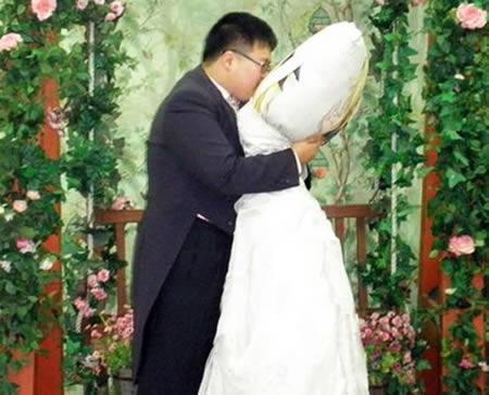 最诡异的婚姻关系:英国男子与充气娃娃结婚_首