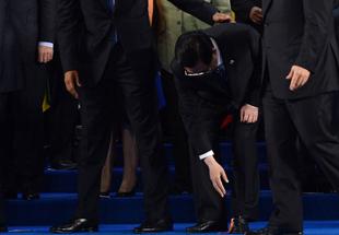 胡锦涛主席G20峰会细心拾起中国国旗