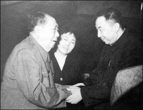 毛泽东 华国锋/毛泽东与华国锋(资料图)
