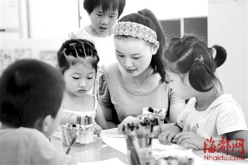 叶老师指导小朋友画画