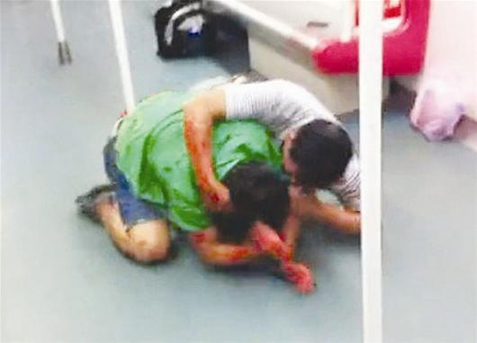 据《新快报》报道7日上午8时38分许,广州地铁4号线爆发了一场极其血腥的抢座战。涉事双方分别为一名67岁的老汉和一名28岁的男青年。扭打中,青年最终不敌,被老汉咬伤耳朵。据悉,老汉原是红十字会的工作人员,现已退休,男青年则是一名中学老师。   同车乘客将这一血腥场景拍下发至微博,事件迅速传开。一些市民表示震惊,一些市民说很痛心。这一事件让公众再一次将目光对准了公共交通让座问题、尊老爱幼道德问题。   旁边乘客相劝 两人不为所动   7日中午,网友Col-or_lin发布了一条微博,内容为今天早上广