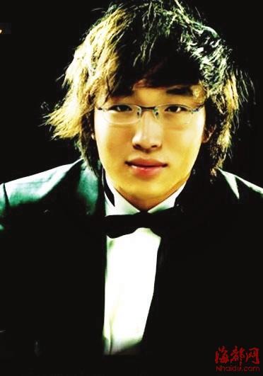 本报讯 明晚,27岁的旅美青年钢琴家元杰将在福建大剧院举办他的个人钢琴专场演奏会。此次福州的钢琴专场,元杰将为观众带来奥地利音乐人利盖蒂的3首短曲以及音乐大师舒伯特的一组钢琴即兴曲。