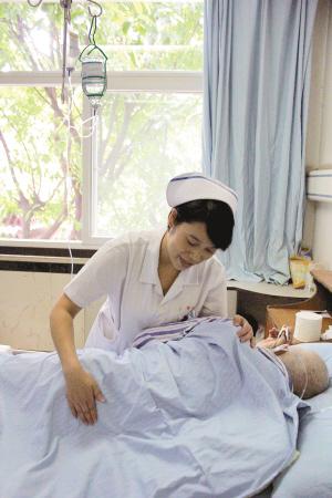 宋晓菊照顾病患 护士长宋晓菊 病人信任我 就是我最大的快