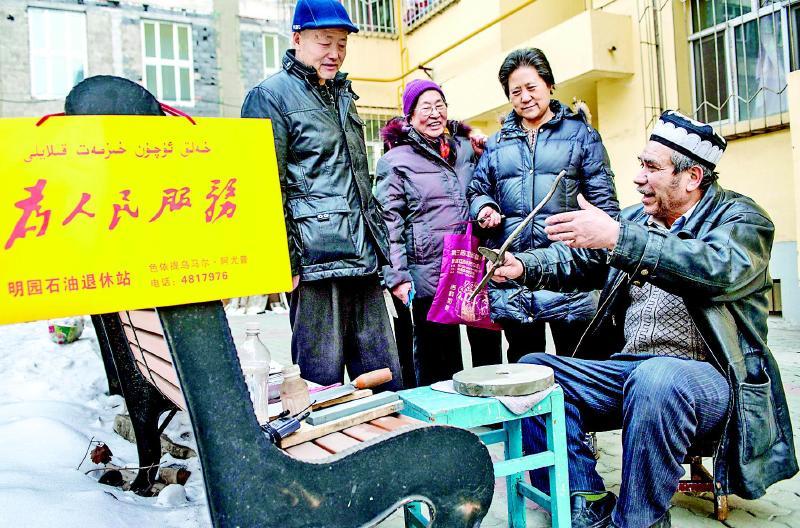 据新华社乌鲁木齐5月28日电 自1983年起,新疆维吾尔自治区将每年的5月定为民族团结教育月。32年间,新疆大地涌现出一大批新时期民族团结的典型,他们用生动鲜活的人生故事,让民族团结之花越开越艳。像爱护眼睛一样爱护民族团结,这片热土上,各民族群众正从点滴做起,诠释着民族团结的深义。   交融:就像眼睛一样珍视它色彩斑斓的5月,是新疆景色最美的时节。天山南北的工厂、学校、街道、农村、牧区,各民族一家亲的故事从未间断地上演着。   我这里不分民族,都是我的孩子。刚刚首映不久的电影《真爱》