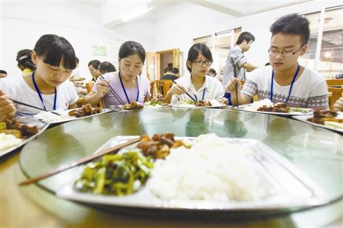 同学们聚在一起吃午饭
