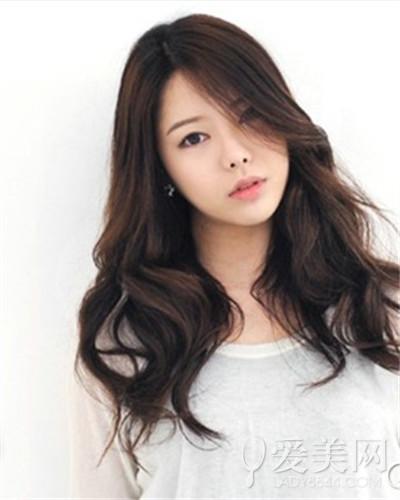这款瘦脸发型比较适合活泼可爱的女孩,厚重的斜刘海搭配两边的鬓发