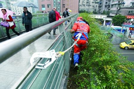 2015年梦想:希望路人尽量将垃圾扔在天桥下的垃圾箱内,也希望路人能够更加支持我的工作。—刘晓芬