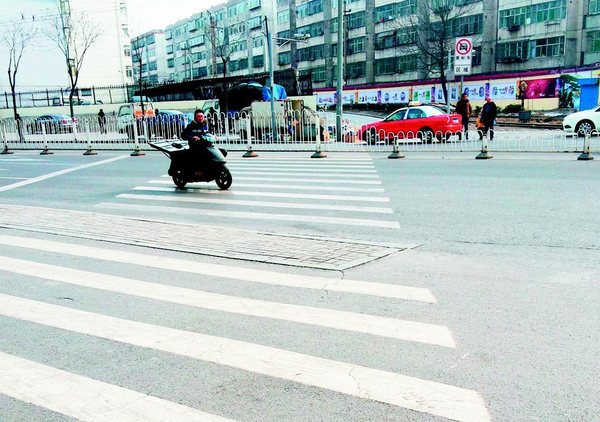 而令人感到奇怪的是,该十字路口仅有的这条斑马线,竟然被摆放在路中央