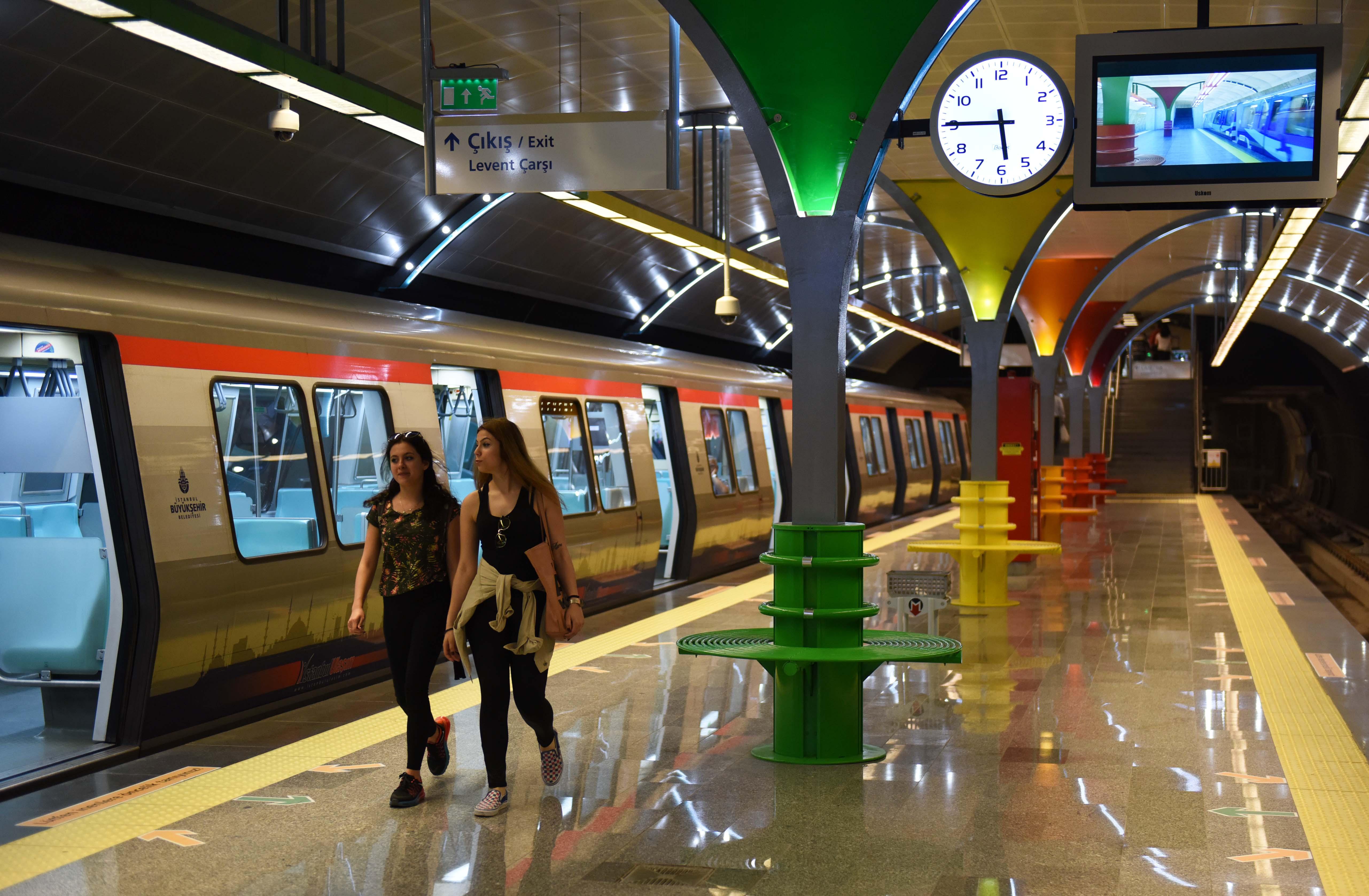 新华社照片,伊斯坦布尔,2015年5月17日   (锐视角)(3)伊斯坦布尔的彩虹地铁站   5月16日,在土耳其伊斯坦布尔,乘客在M6地铁线莱万特站换乘。   今年4月,伊斯坦布尔新开一条从市中心莱万特站到海峡大学站的M6地铁线。其中,莱万特站色彩炫丽的装饰,成为伊斯坦布尔地铁一道美丽的风景。   新华社记者贺灿铃摄