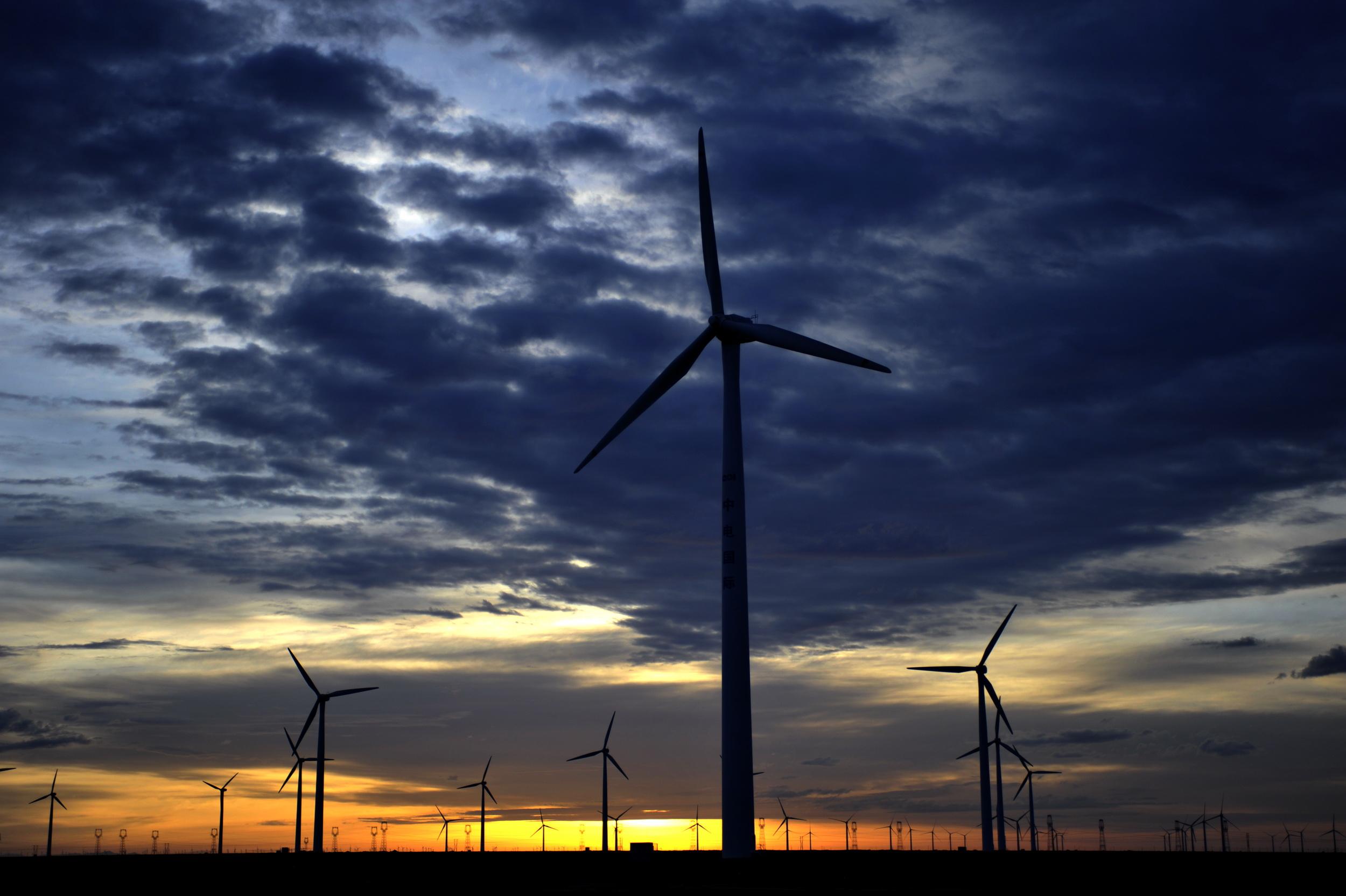 新华社照片,酒泉(甘肃),2015年6月3日   酒泉湖南800千伏特高压直流输电工程开工建设   这是6月3日拍摄的的瓜州中电国际风电场。   当日,酒泉湖南800千伏特高压直流输电工程开始建设,这条线路全长2383公里,途经甘肃、陕西、重庆、湖北、湖南5省(市),每年可新增送电约400亿千瓦时。   新华社记者 连振祥 摄