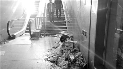 民王先生反映,安宁刘家堡BRT车 市民踩着垃圾进出.作为一个形象