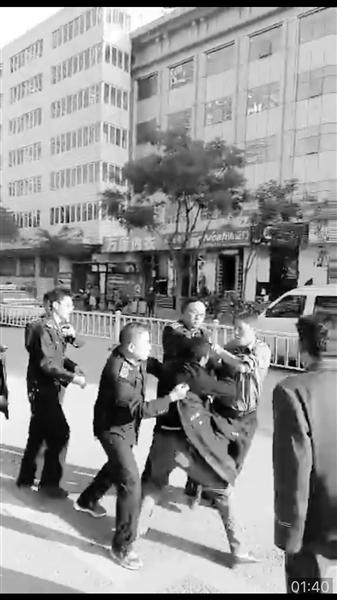 网友上传的城管暴力执法的画面。